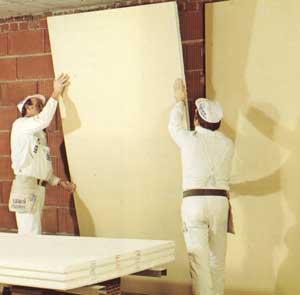 Verbundplatten an eine Wand