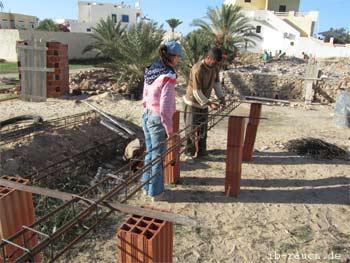 Nelia Sydoriak-Rauch auf einer Baustelle auf Djerba