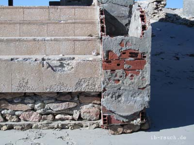 Natursteine als Fundament bei einem Gebäude am Meeresstrand