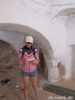Nelia Sydoriak-Rauch bei der Untersuchung in einem Gebäude