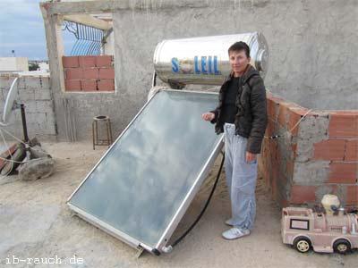 Nutzung der Solarenergie auf einem Hausdach in Midoun