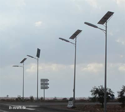 Straßensolarlampen am Rand der Wüste Sahara